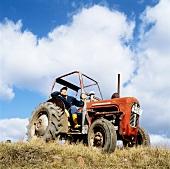 Bauer auf dem Traktor