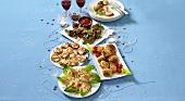 Verschiedene Party-Häppchen auf Tellern