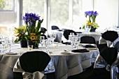 Gedeckte Tische mit Blumendeko im Restaurant