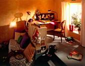 Jugendzimmer: Arbeitsplatz mit angrenzender Sitz- und Schlafecke