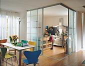 Küche mit Glasschiebetüren in der Ecke vom Eßzimmer abgetrennt