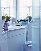 Durchgehende Ablagen in einem wei§en Badezimmer