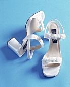 Brautschuhe: Riemchen-Sandalen mit Carree-Absatz und Rosen bestickt
