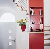 Roter Möbelturm mit Regalen + Schubladen im Wendel- Treppenhaus