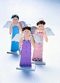 Drei lächelnde Engelsfiguren im Abendkleid, Freisteller