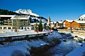 Winterpanorama im Bergdorf Lech am Arlberg