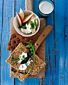 Crispbread with cream cheese, rocket and apple
