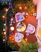 Sitzgruppe auf Balkon mit Fackeln, Terrasse, rosa, pink, abends, Sommer