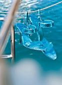 Türkisfarbene Stöckelschuhe an einer Leine