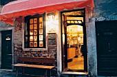 Weinbar Al Volto in Venedig, außen, Abends, beleuchtet