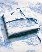 Papierbogen Toile de Joillay mit Schäferszene, Geschenkpapier, blau