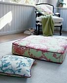 Bodenkissen mit Toile de Jouy Muster, Sitzkissen vor Stuhl, innen