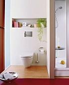Bad mit Toilette im Separee neben der Dusche