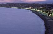 Nizza: Blick auf Meer und Küste mit beleuchteter Stadt, Abenddämmerung