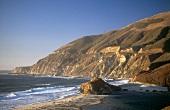 Menschenleere Felsenküste bei Carmel im Sonnenschein