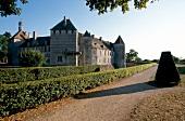 Das Schloss von Epoisses mit Hecken im Sonnenschein, Burgund