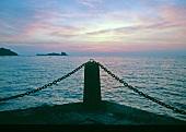 Blick von der Mole in La Houle auf das Meer im Abendrot, Bretagne