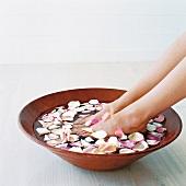 Wellness: Füsse in einer Schale mit Blüten