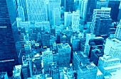 Wolkenkratzer, über den Dächern von New York, blau.