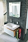 modernes Badezimmer Waschtisch, Spiegel, Raumteiler