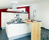 rot - weiße Küche in edlem Design Küchenblock