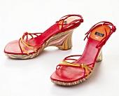 Sandaletten mit Keilabsatz, rot.