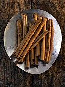 A plate of cinnamon sticks (seen from above)