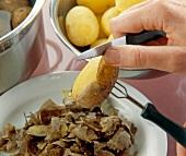 Step 1 - Heiße Kartoffeln mit Messer + Pellkartoffelgabel schälen