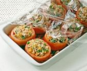 Gefüllte Tomaten in eine Auflaufform geben, mit Folie abdecken, Step 5