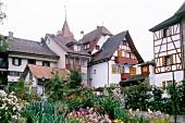 Mittelalterliches Städtchen Sempach in Schweiz, Häuser und Blumenbeete