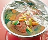 Fleisch und Gemüsemarinade in einer Schüssel mit Folie abdecken, Step 1