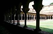Blick durch die Säulen in den Innenhof eines Klosters in Moissac.