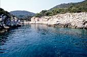 Haus in Bucht auf Insel Lastovo in Kroatien, Aufnahme vom Meer aus