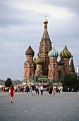 Blick über d. Roten Platz auf d. Basiliuskathedrale in Moskau