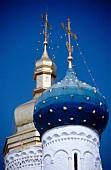 Goldene u. blaue Kuppeln einer orthodoxen Kirche in Russland