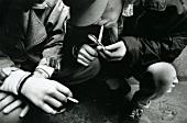 Jugendliche rauchen und nehmen Drogen, hocken, nah, s/w Foto