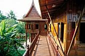 Traditionelles, asiatisches Holzhaus auf Pfählen in Thailand