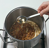 Beef.  Gulaschsuppe zubereiten mit Essig ablöschen: Step 3