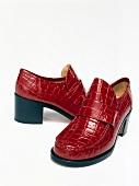 Freisteller: Rote Schuhe mit Absatz, Knautschlack