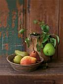 Verschiedene Sorten Birnen in einer Schale