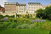 """Garten von Schloß Rosenborg, dahinter die Straße """"Solvgade""""."""
