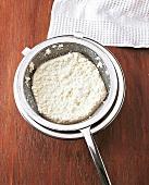 Indien - Paneer herstellen, Step 2, Milch durch Sieb abgießen