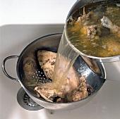 Buch vom Geflügel, Hühnerbrühe Step 2, abgießen, Durchschlag
