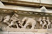 Indien, In Stein gehauene Figuren am Lakshama Tempel