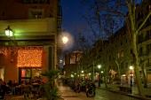 Straßencafe in Barcelona, Straße beleuchtet, abends, Nachtleben.