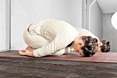 Frau macht Yoga: Yoga Mudra, die Stellung des Kindes