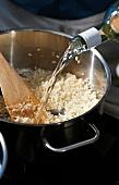 Kürbis und Zucchini, Risotto Step 1: mit Wein ablöschen