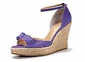 Lilafarbener Schuh mit Keilabsatz, Wildleder
