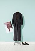 Top, Strickjacke und Hose schwarz auf Schneiderpuppe, Stiefeletten