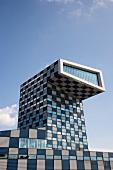 Hochschule: Gebäude hoch, blau-weiss oben mit Vorsprung
